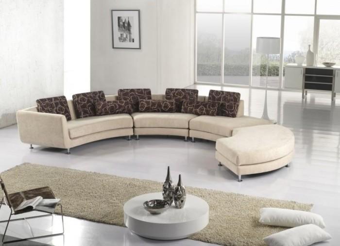 Оригинальный светлый диван с темно-коричневыми подушками.
