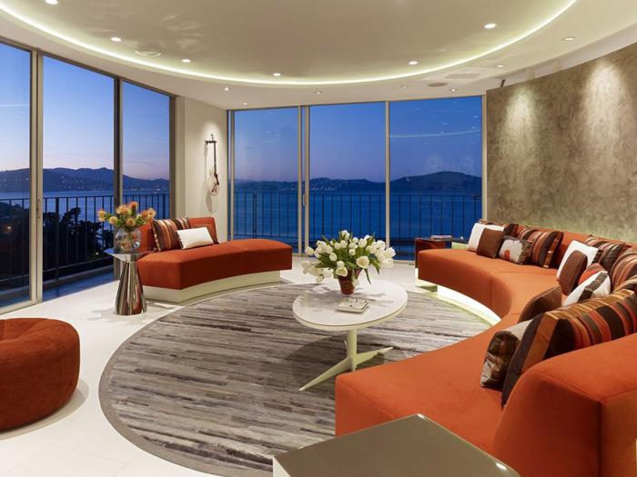 Оранжевый диван овальной формы.