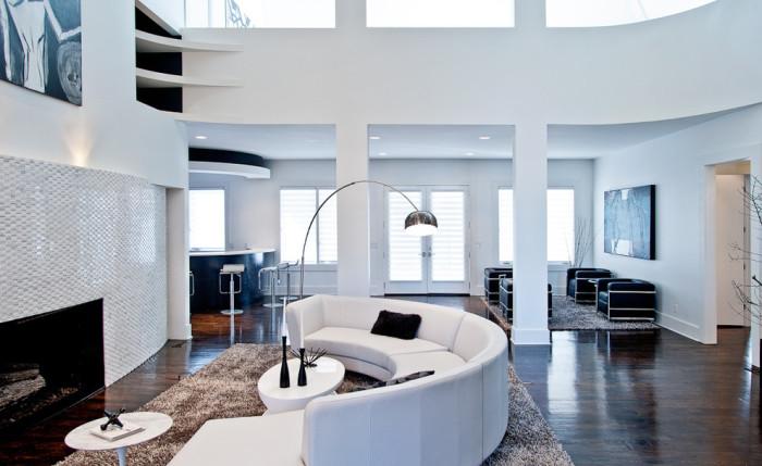 Стильный белый диван полукругом.