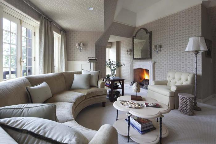 Светло-серый диван для гостиной.