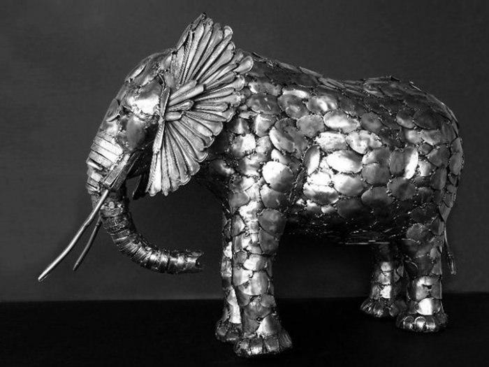 Слон из ложек.