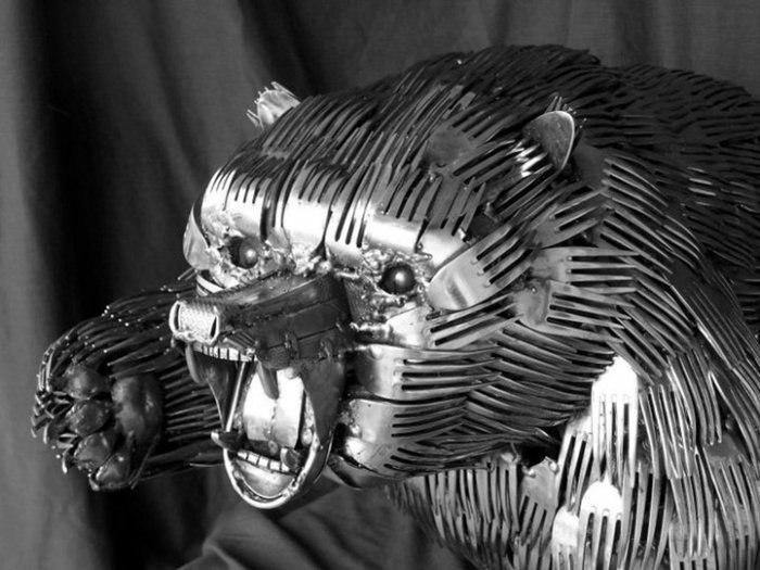 Яростный медведь с шерстью из зубчиков вилок.