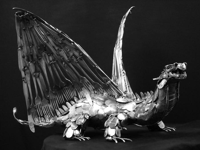Дракон, созданный из столовых приборов.
