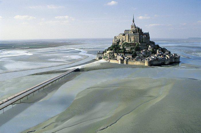 Небольшой скалистый остров-крепость на северо-западном побережье Франции.