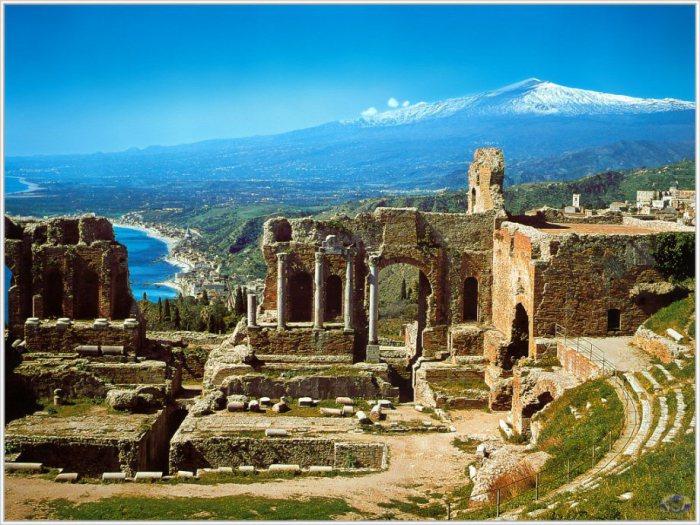 Обширная археологическая зона в Италии.