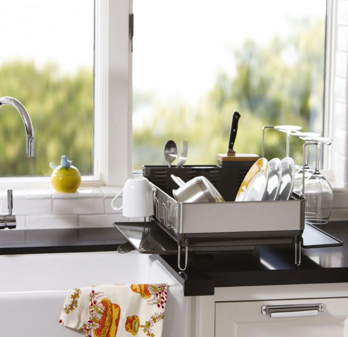 Удобный дизайн сушилки позволяет воде с посуды стекать сразу в раковину.