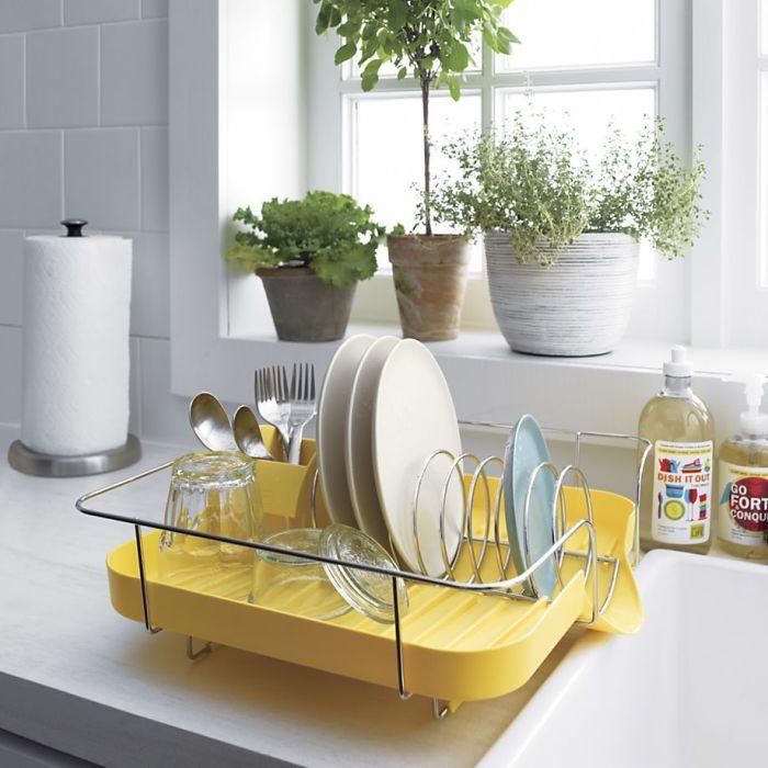 Современная сушилка для посуды яркого солнечного цвета.