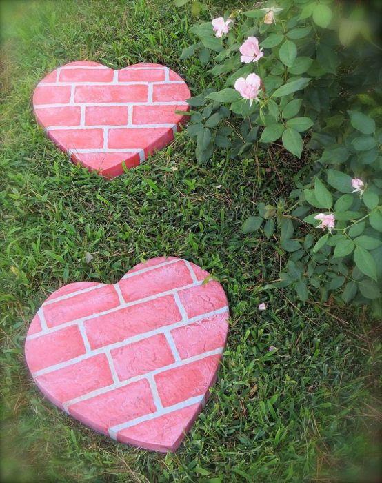 Хорошее украшение для сада из каменных сердец.