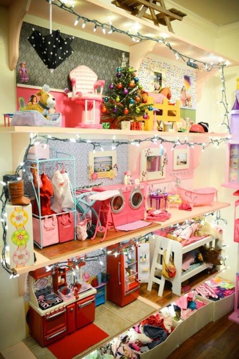 Огромный кукольный домик со всеми удобствами.