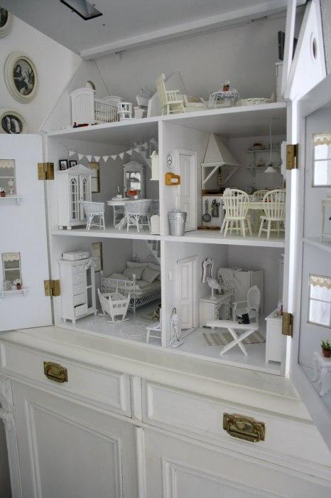 Чудесный домик, в котором вся мебель, стены и элементы декора выполнены в белом цвете.