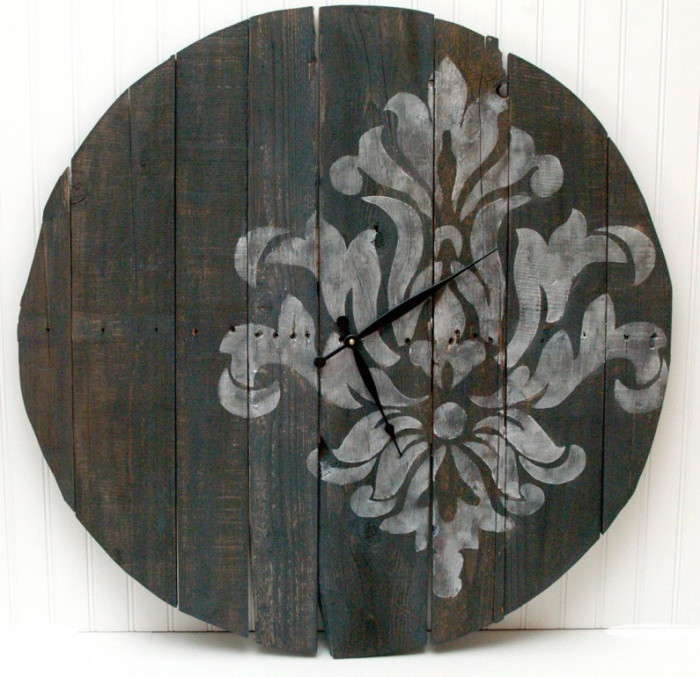 Часы из старых деревянных планок, украшенные незамысловатым узором.