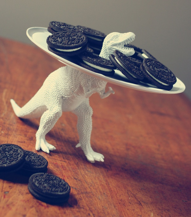 Сервированное динозавром блюдо с печеньем для гостей.