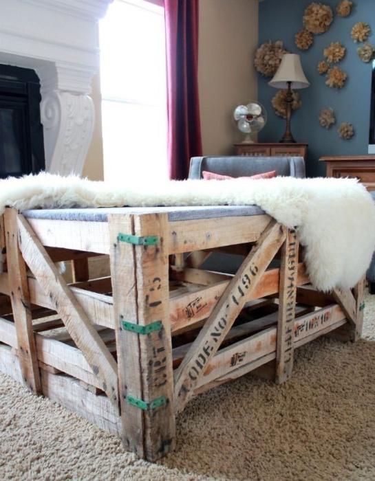 Интересный кофейный столик из деревянных ящиков.