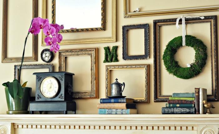 Рамы над камином разных размеров, форм и цветов создадут прекрасный элемент декора для гостиной.