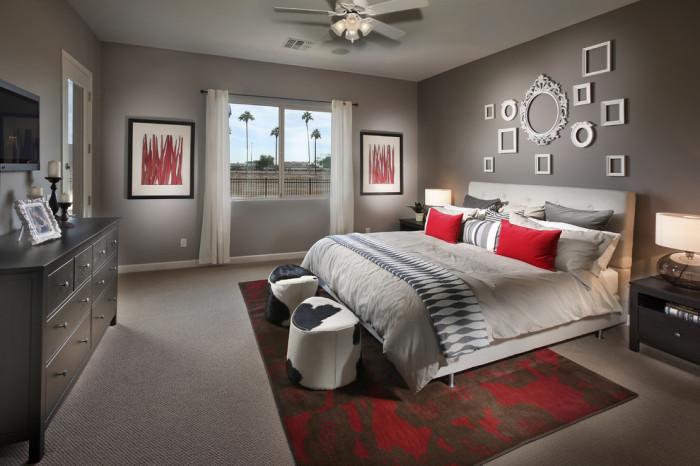 Спальня - это комната, атмосфера в которой должна всегда оставаться безмятежной и спокойной, поэтому рамы станут отличным вариантом при декорировании стен.