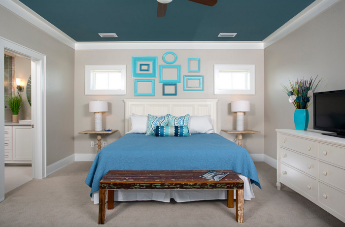 Отличный способ добавить ярких красок в спальню, не разрушая ее комфортную и расслабляющую атмосферу.