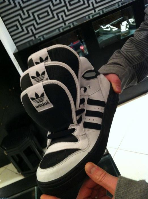 Странные кроссовки, у которых сразу по три язычка.