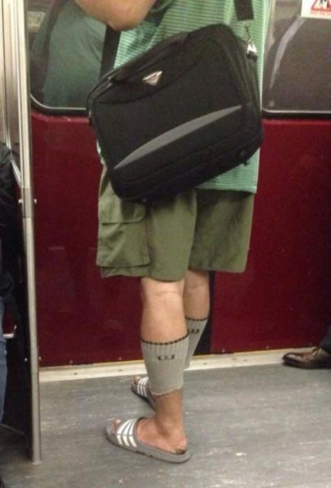 Самый странный способ носить носки.