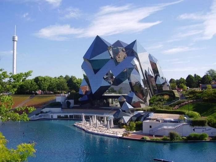 Футуристический парк с необычной постройкой.