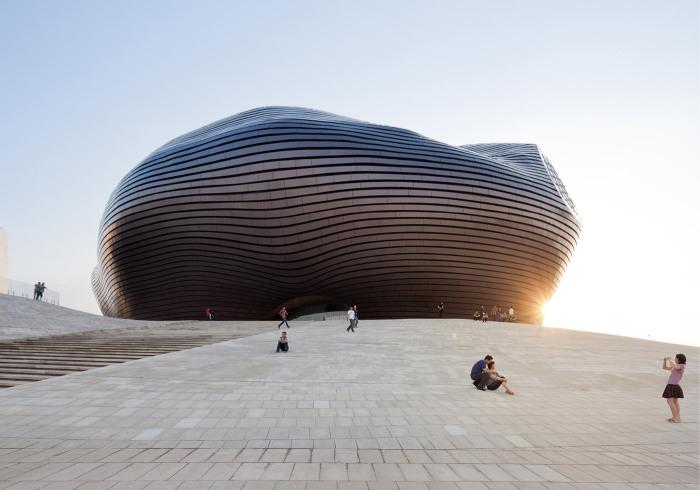 Оригинальный дизайн музея посреди пустыни.