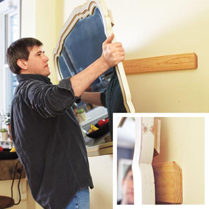 Прикрепление зеркала с помощью деревянных брусков.
