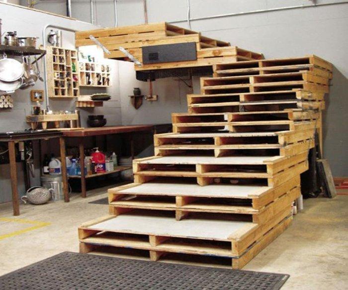 Самодельная лестница из деревянных поддонов.