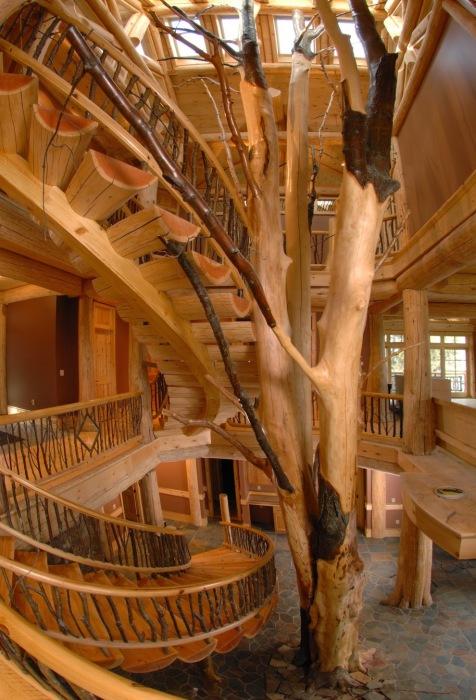Роскошная деревянная лестница из больших поленьев.