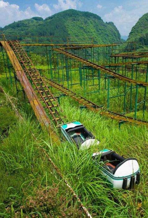 Поросшие травой американские горки в Китае.