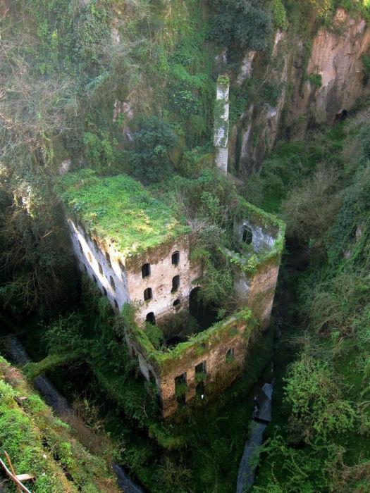 Старое обветшалое здание мельницы в Италии.