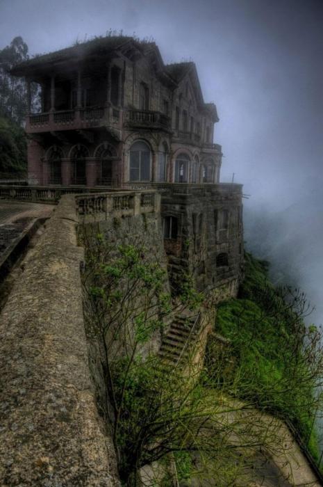 Заброшенный отель в Колумбии, гордо возвышающийся на вершине холма.