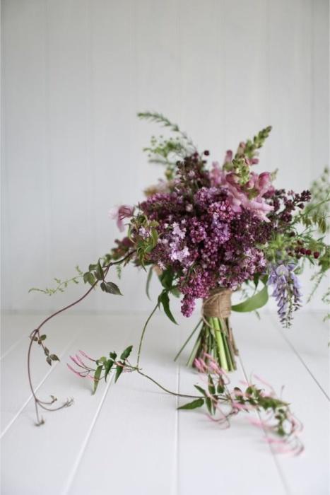 Прекрасные и ароматные цветы в вазе добавят цвета и жизни в квартиру.