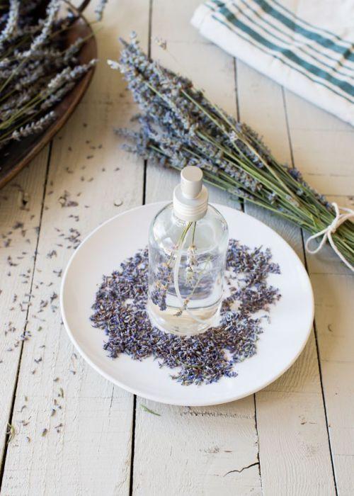 Лаванда обладает невероятно приятным и успокаивающим запахом, который обязательно освежит комнаты в доме или квартире.