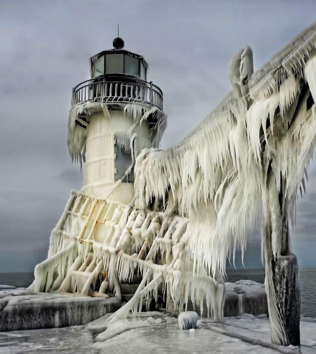 Маяк, полностью покрытый льдом.