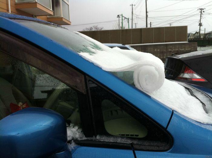Снежный рулон на машине.