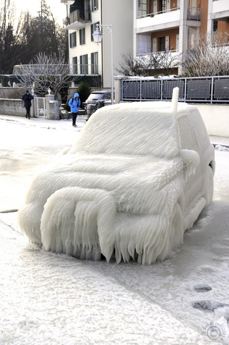 Скованный льдом автомобиль.