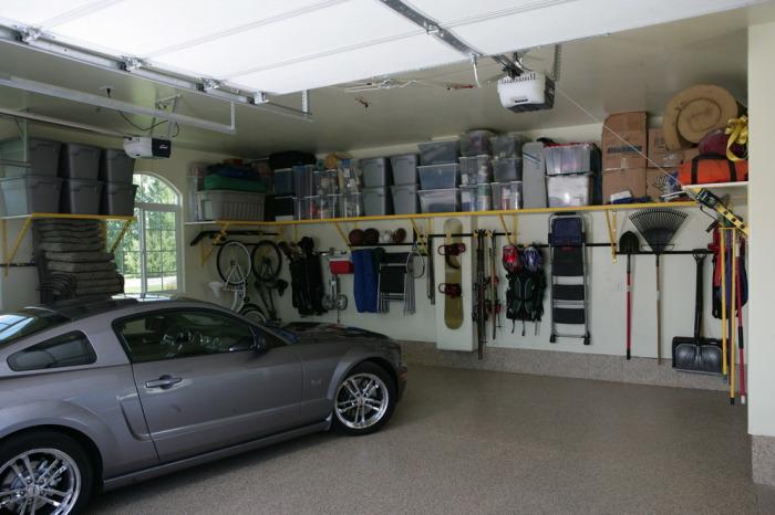 Опрятный и просторный гараж.