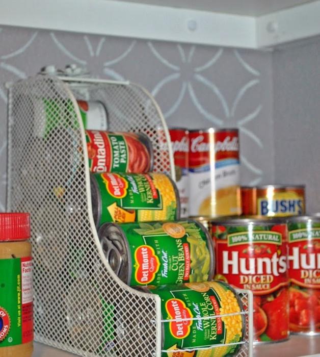 Удобный способ хранения баночек с консервами.