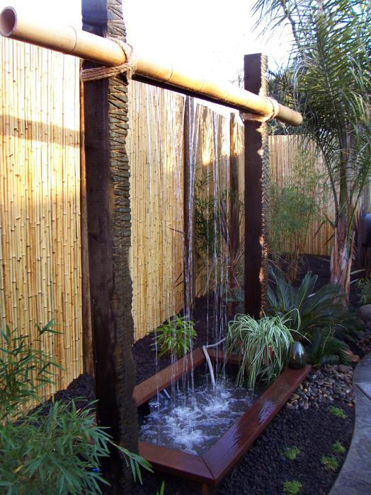 Необычный водопад из бамбука.