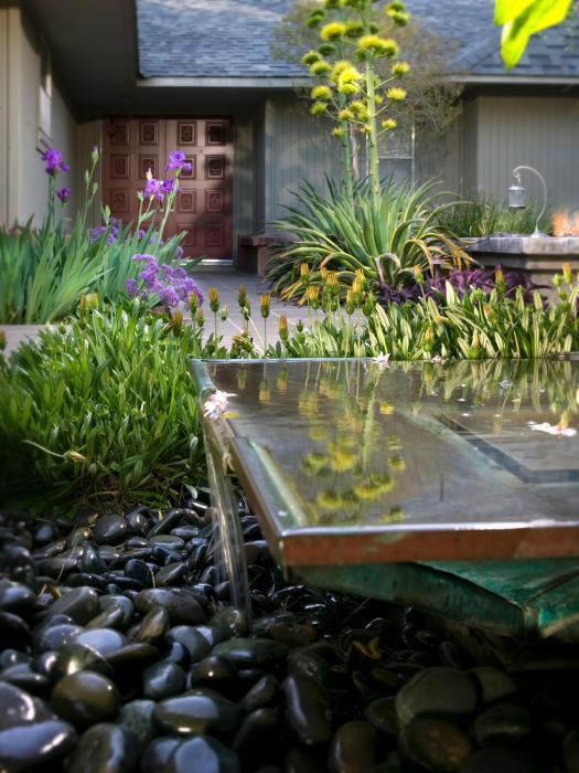 Фонтан с водопадом в саду