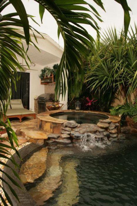 Каменный бассейн в саду.