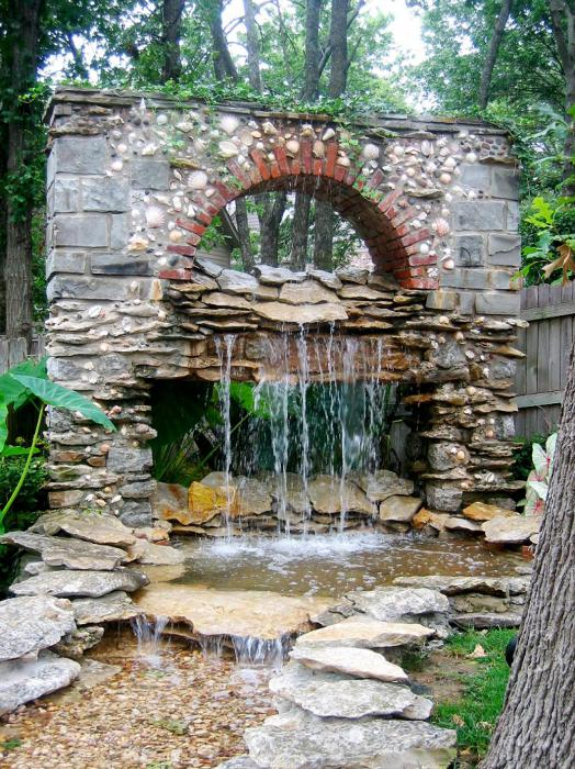 Водопад в каменной арке.
