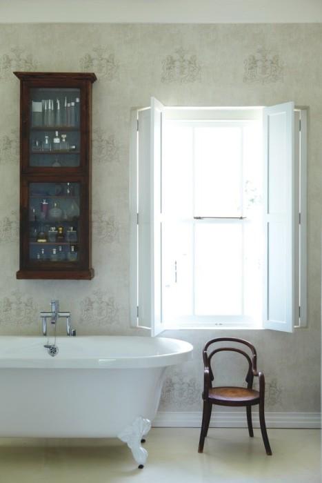 Ставни на окнах добавляют интерьеру ванной комнаты ощущение свежести и бодрости.