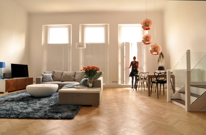Простые светлые ставни освежают и зрительно увеличивают комнату.