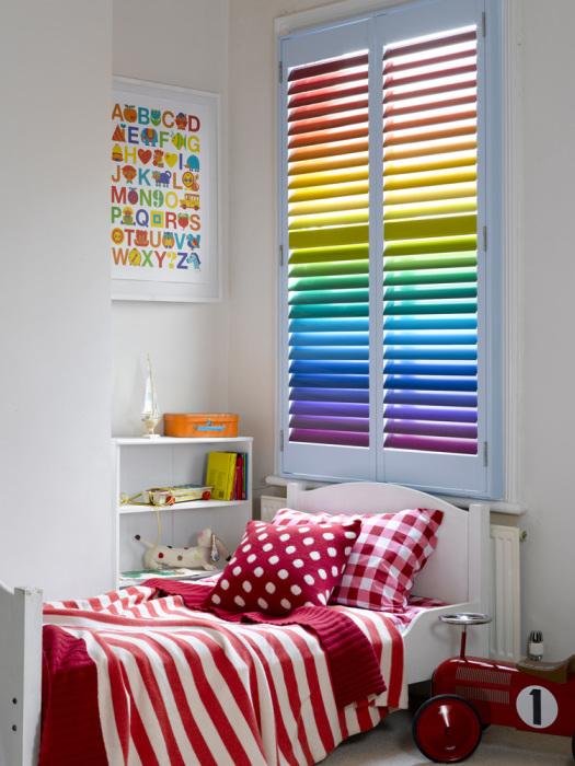 Восхитительный дизайн детской комнаты с радужными ставнями.