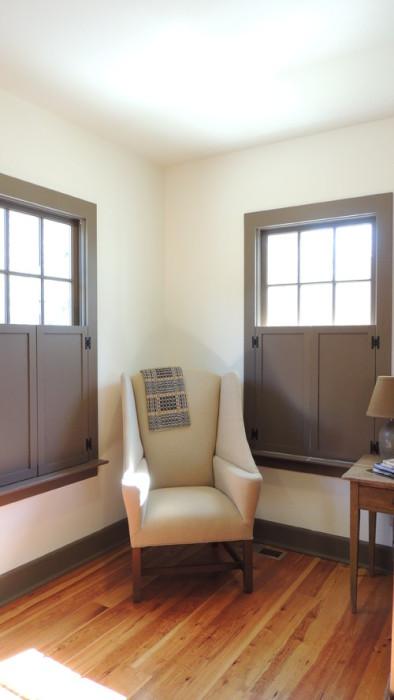 Классические ставни идеальны для комнаты в стиле минимализм.