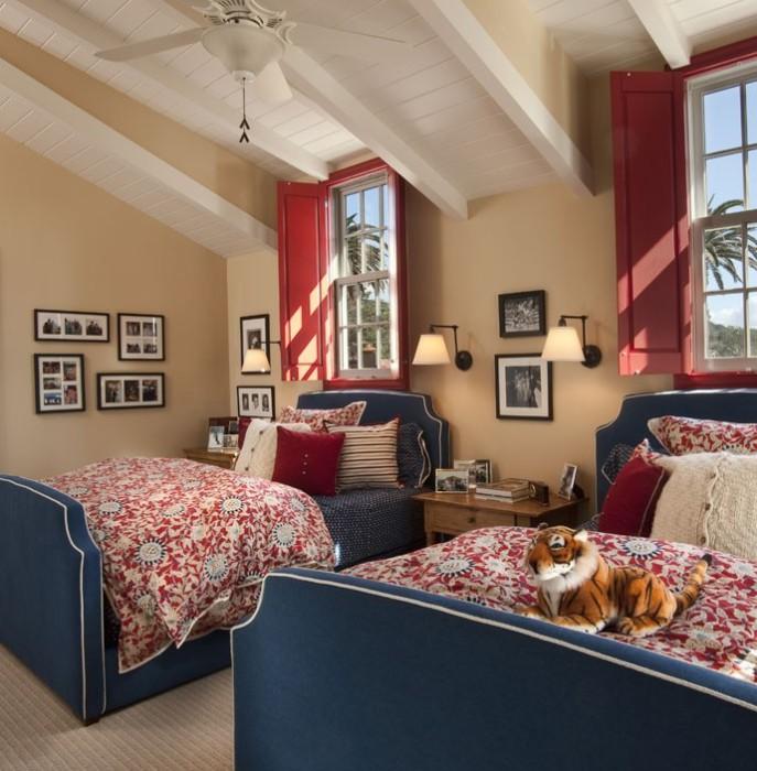 Ставни красного цвета прекрасно дополняют интерьер комнаты.