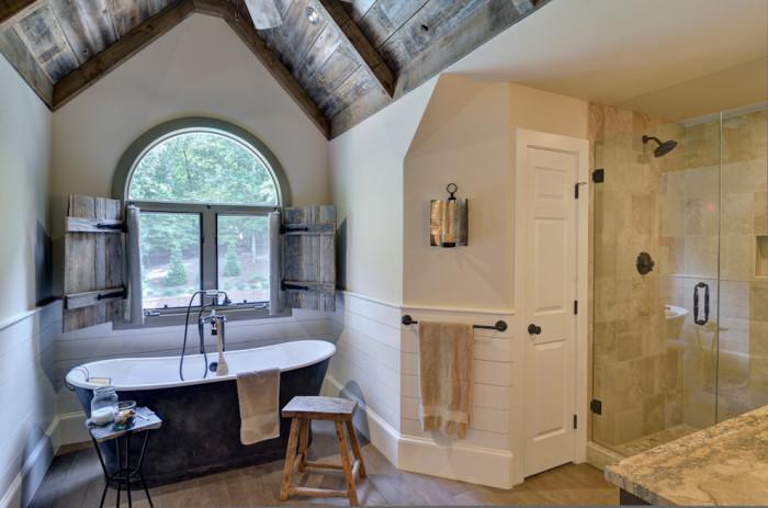 Ставни из необработанного дерева могут не показаться хорошей идеей, однако в такой ванной комнате они смотрятся просто очаровательно.