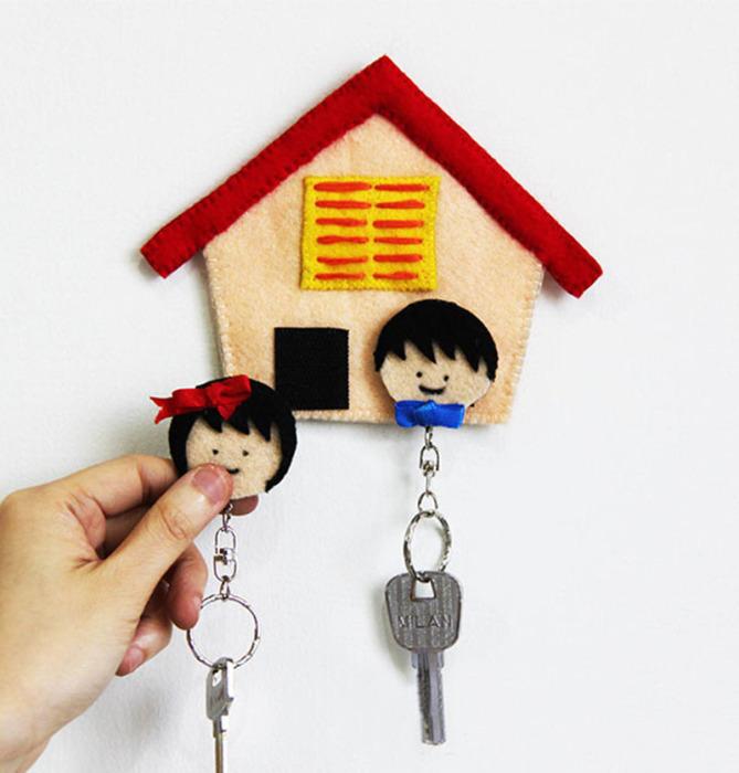 Еще один вариант ключницы для влюбленной пары.