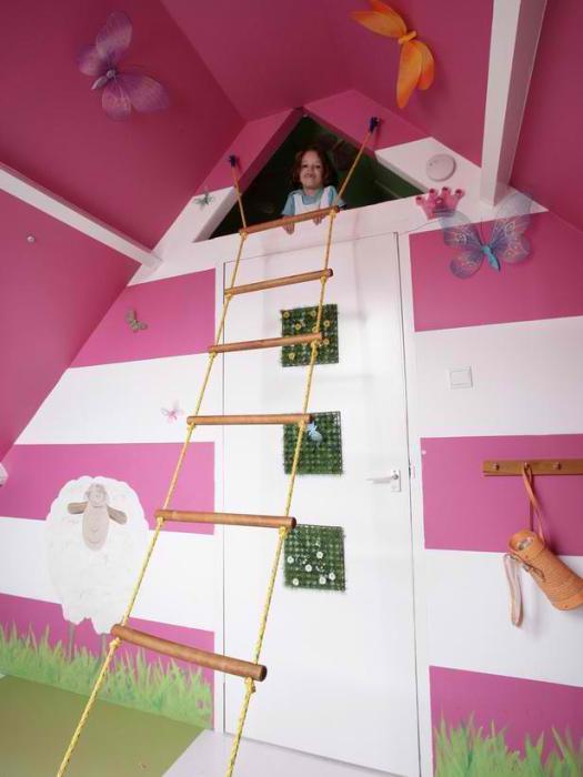 Милый домик для игр в детской комнате.