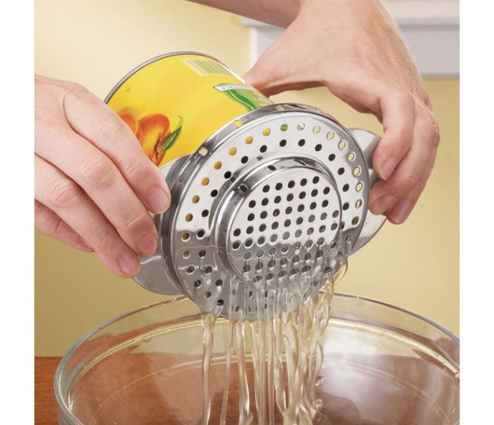 Крышка для консервных банок с отверстиями для слива жидкости.